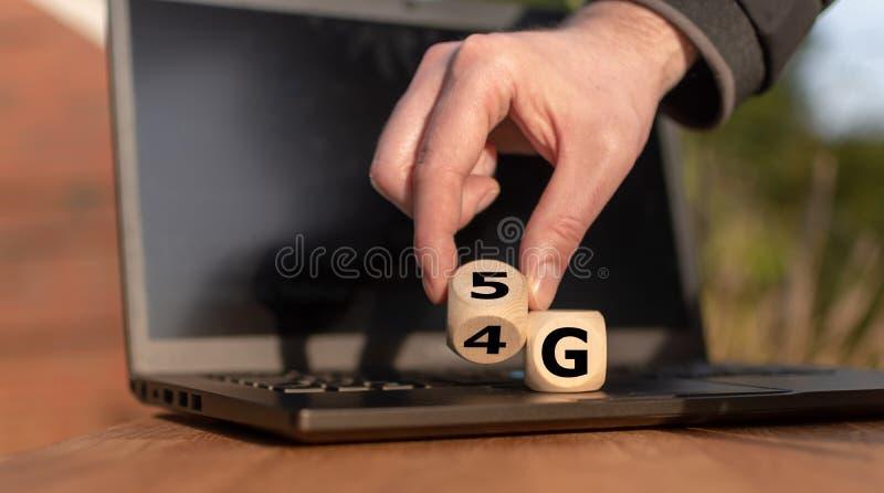 Symbol av ändringen från 4G till 5G arkivfoton