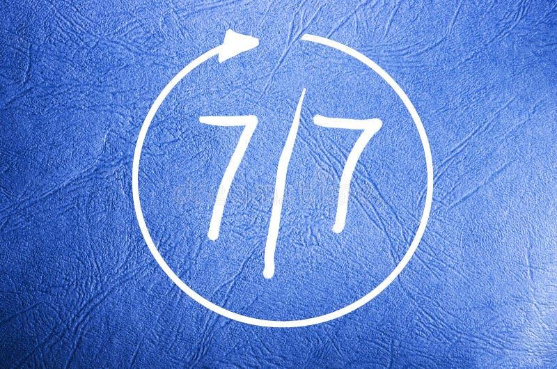 Symbol av öppna sju dagar i veckan 7/7 på blå bakgrund royaltyfria foton