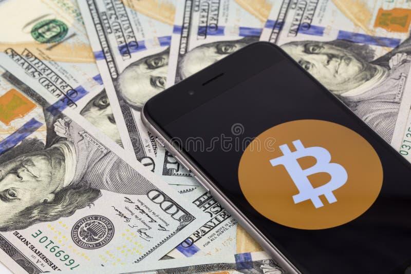 Symbol av bitcoin på den skärmApple iPhonen 6s Ekaterinburg R arkivfoton