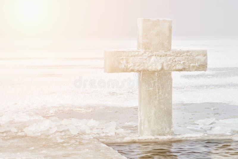 symbol av dopet, iskors i vinterfloden på 19 Januari, tolfte dag Ritual av dopet kopiera avstånd arkivbild
