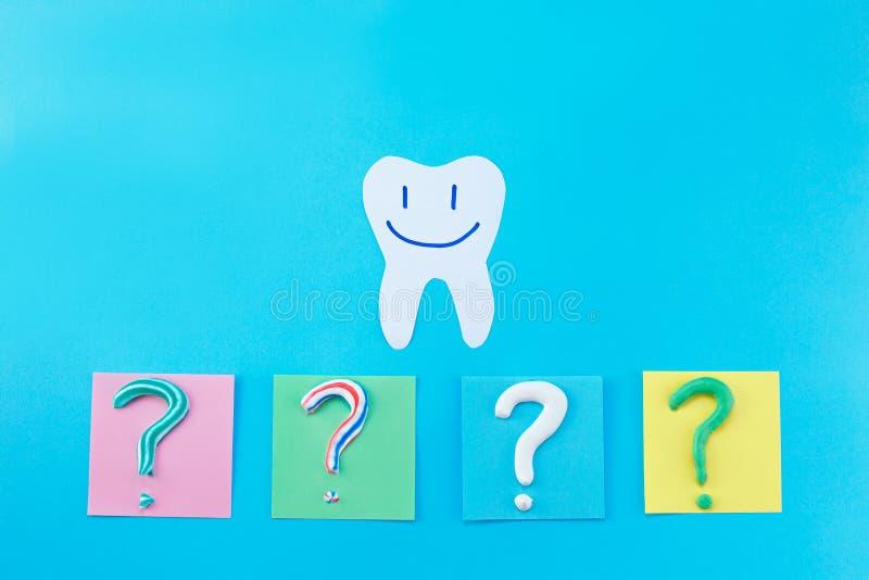 Symbol av frågefläcken från tandkräm Kopiera utrymme för text arkivfoto