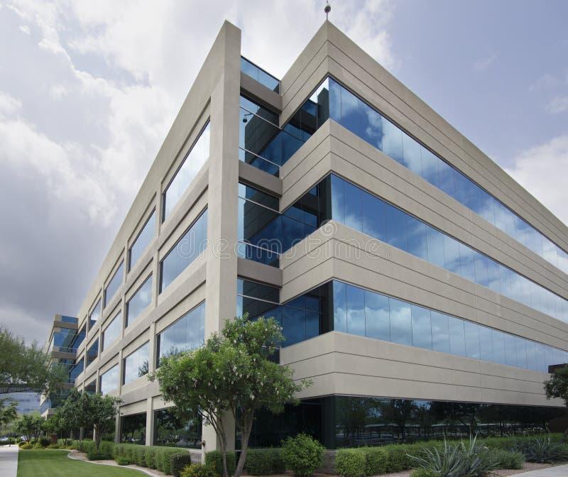 Symbol av framgång - modern glass kontorsbyggnad arkivfoton