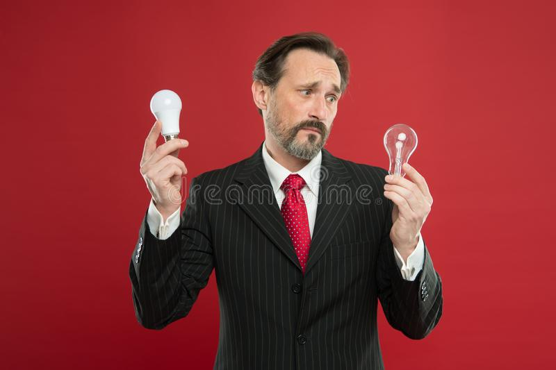 Symbol av idéframsteg och innovation Idé för affär Vänlig idé för miljö Snilleidé Tänd upp ditt arkivfoton