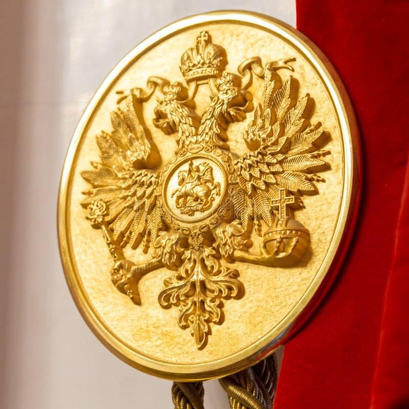Symbol av Ryssland, hövdad örn två på den forntida slotten royaltyfri foto
