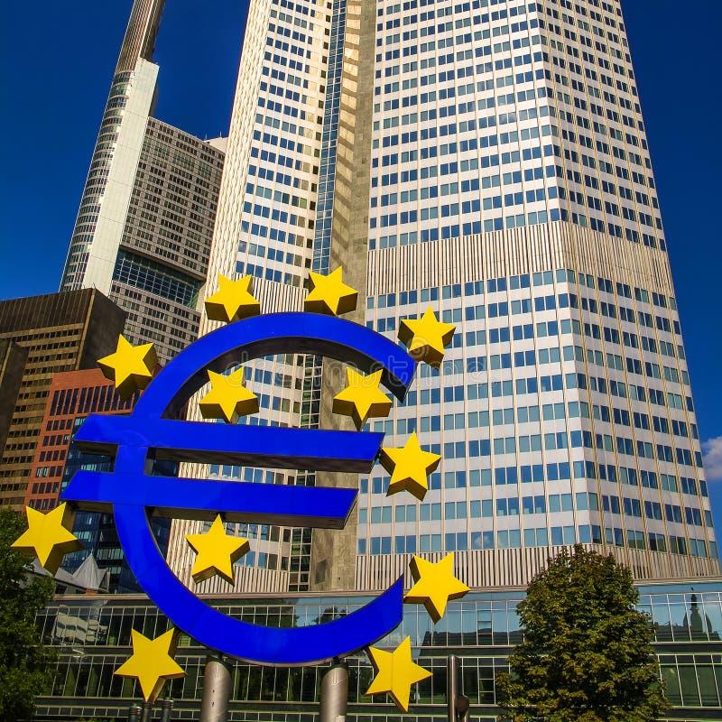 Symbol der Eurowährung vor Wolkenkratzer im Finanzstadtzentrum von Frankfurt, Deutschland lizenzfreie stockfotos