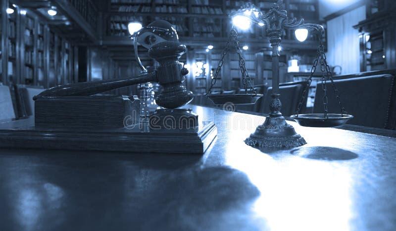 Symbol des Gesetzes und der Gerechtigkeit in der Bibliothek stockbild