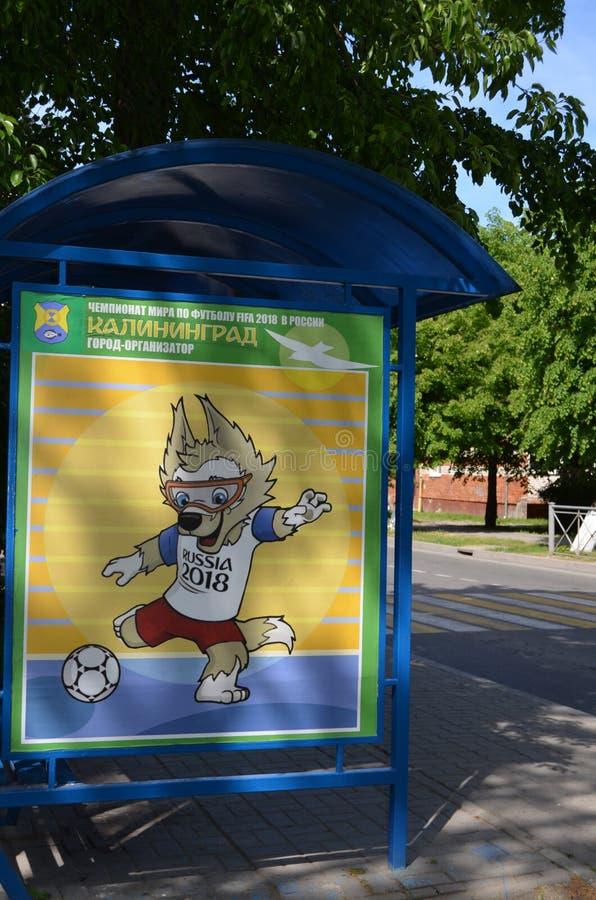 Symbol des 2018 Weltcups in Russland-Wolf Zabivak an der Bushaltestelle, Russland lizenzfreie abbildung