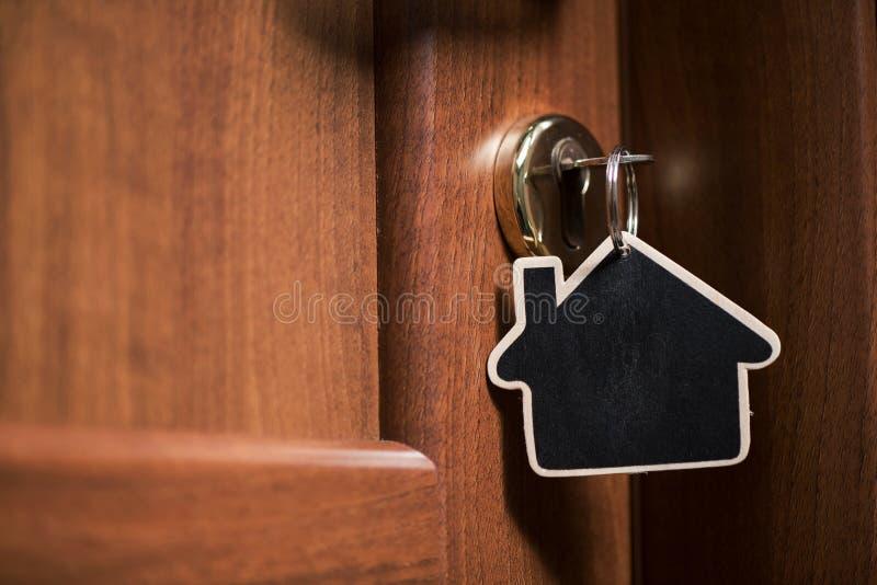 Symbol dom i wtyka klucz w keyhole zdjęcia royalty free