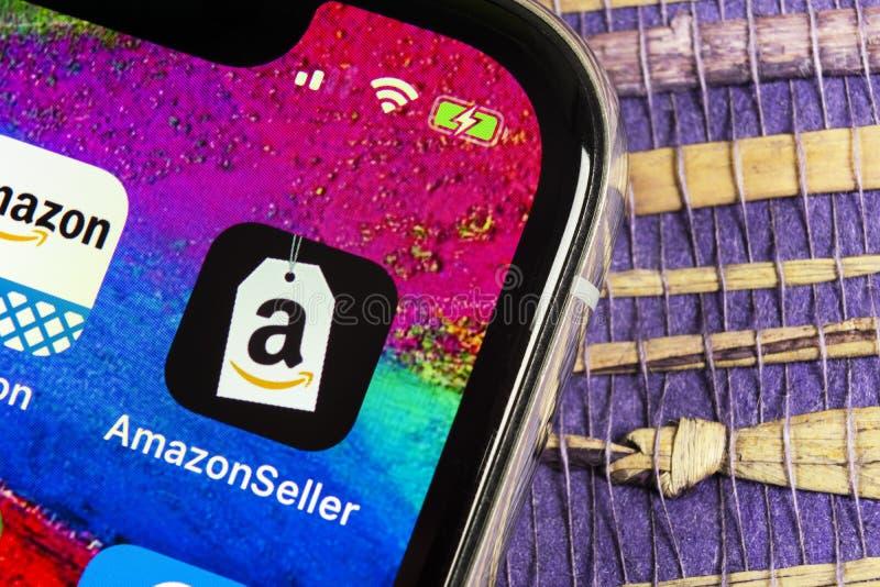 Symbol för amasonsäljareapplikation på närbild för skärm för Apple iPhone X AmazonSeller app symbol Amasonsäljareapplikation Soci royaltyfri fotografi