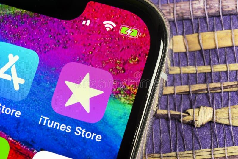 Symbol för Apple iTunes lagerapplikation på närbild för skärm för smartphone för Apple iPhone X Mobil applikationsymbol av det it fotografering för bildbyråer