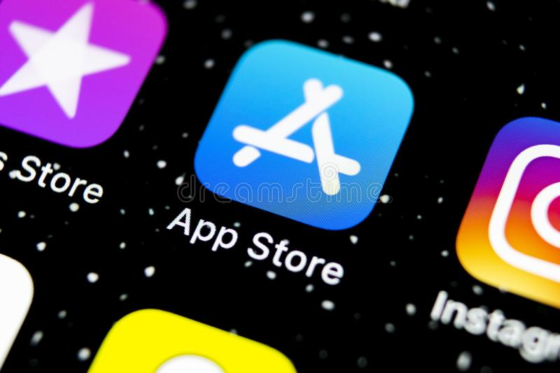 Symbol för Apple lagerapplikation på närbild för skärm för smartphone för Apple iPhone X Mobil applikationsymbol av app-lagret bi royaltyfri fotografi