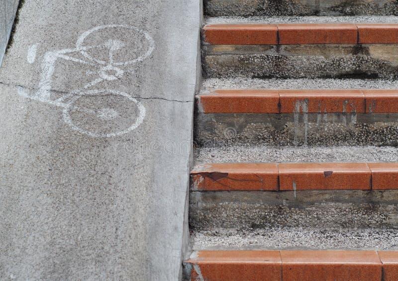 Symbol för cykelteckensymbol på banan för lutning för ny grå färgbetong den smala arkivbild