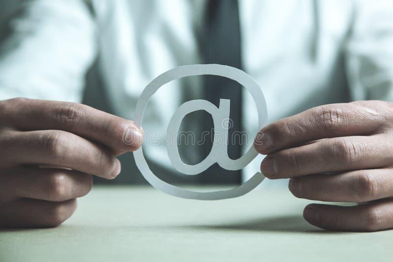 Symbol för email för affärsmanvisningpapper arkivbilder