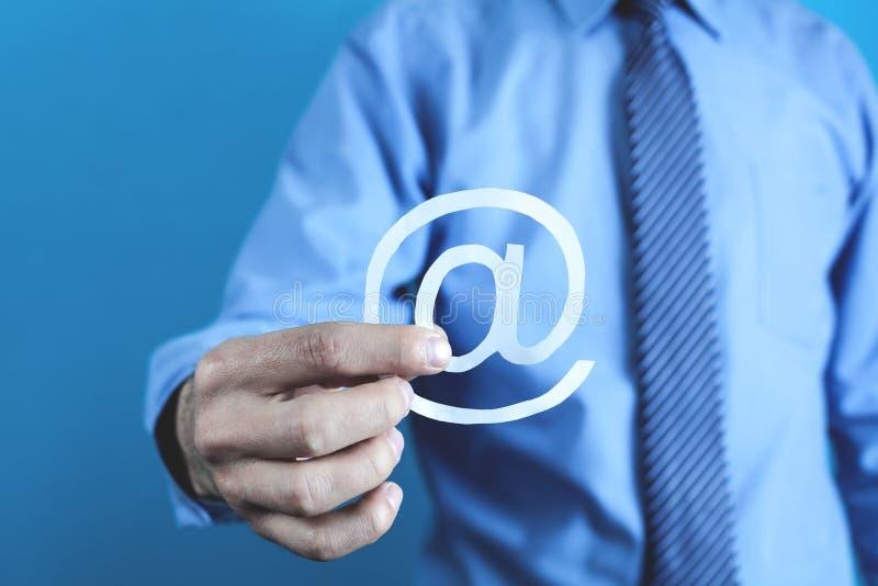 Symbol för email för affärsmanvisningpapper royaltyfri fotografi
