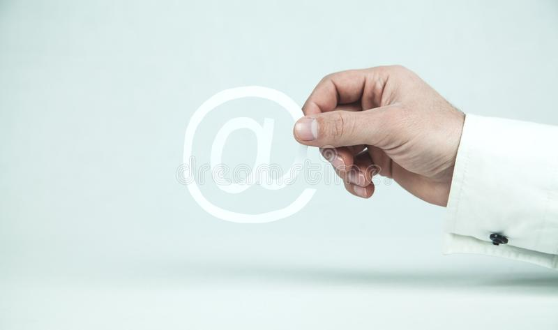 Symbol för email för papper för affärsmanhandvisning royaltyfri fotografi