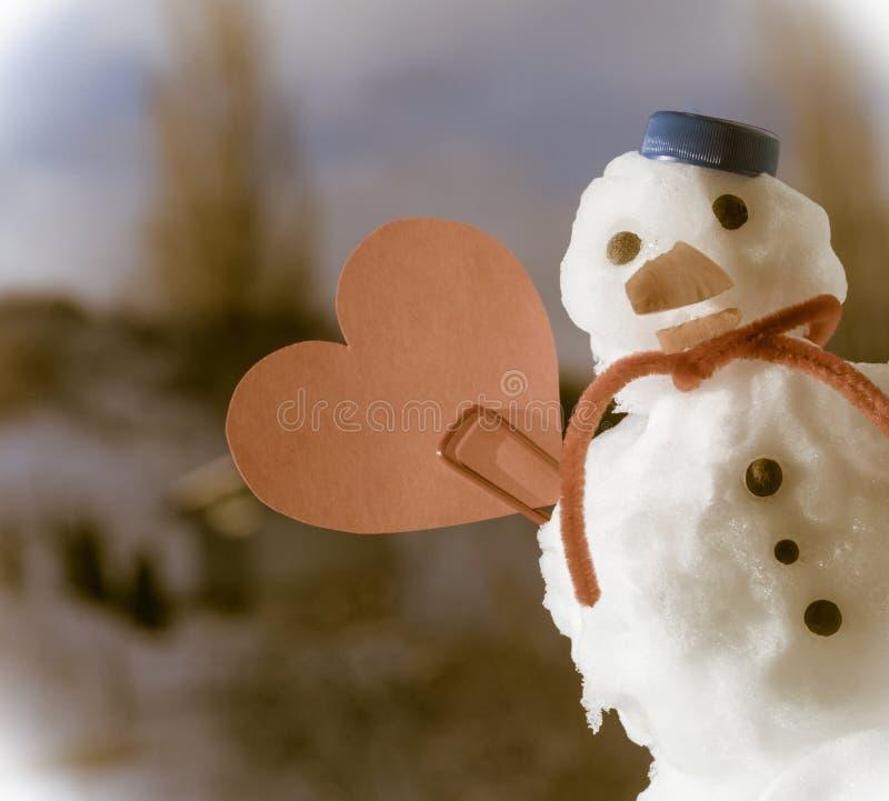 Symbol för förälskelse för hjärta för liten snögubbe för lycklig jul utomhus- rött. Vinter. royaltyfri foto