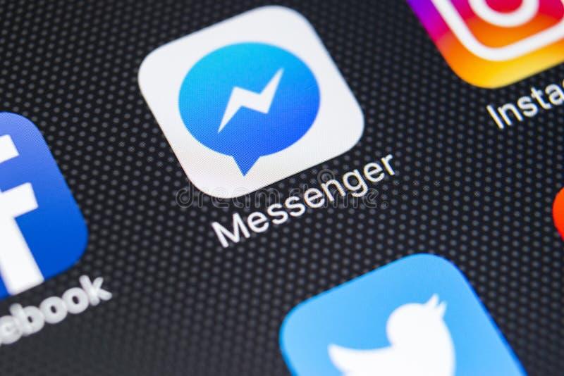 Symbol för Facebook budbärareapplikation på närbild för skärm för Apple iPhone X Symbol för Facebook budbärareapp Online-internet royaltyfri foto