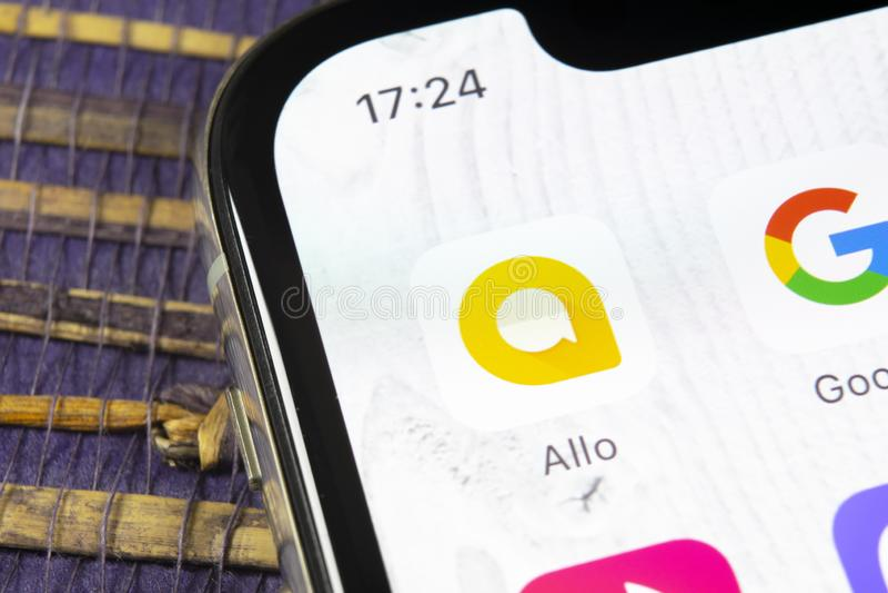 Symbol för Google Allo budbärareapplikation på närbild för skärm för smartphone för Apple iPhone X Allo budbärareappsymbol Social royaltyfria bilder