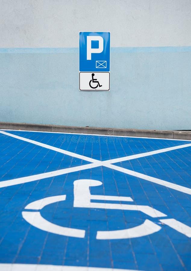 Symbol för handikappade personer i parkeringshuset arkivfoton