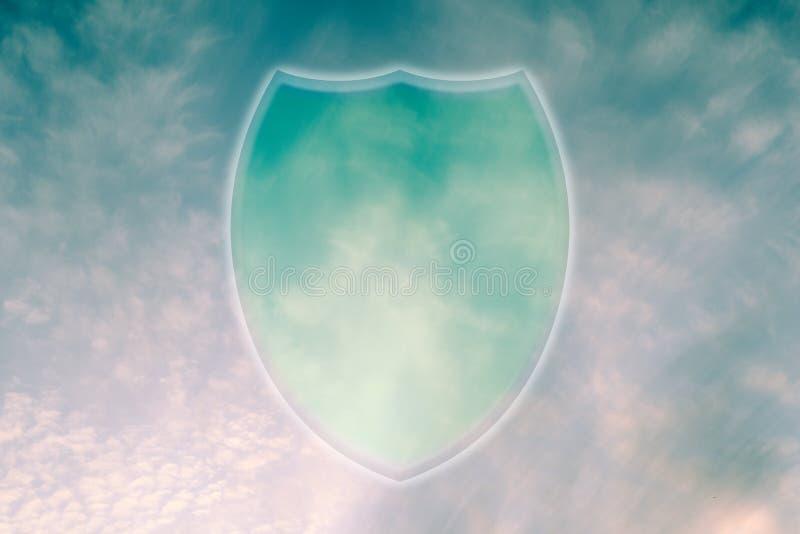 Symbol för skydd för molnlagringsdata Sköldsymbol i himlen royaltyfri fotografi