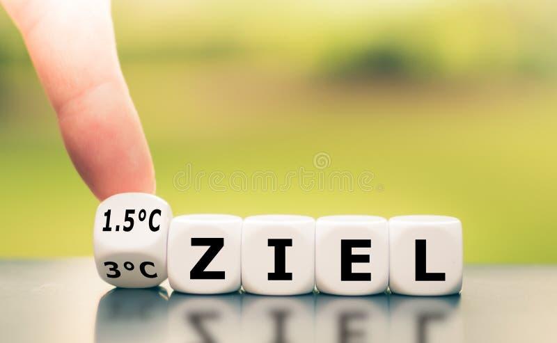 Symbol für die Begrenzung der globalen Erwärmung Hand dreht einen Würfel und ändert den deutschen Ausdruck '3°C Ziel' '3°C limit' lizenzfreie stockbilder