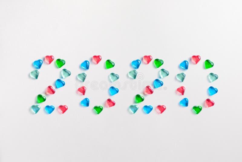 Symbol från nummer 2020 som göras av färgrika dekorativa exponeringsglashjärtor royaltyfria bilder