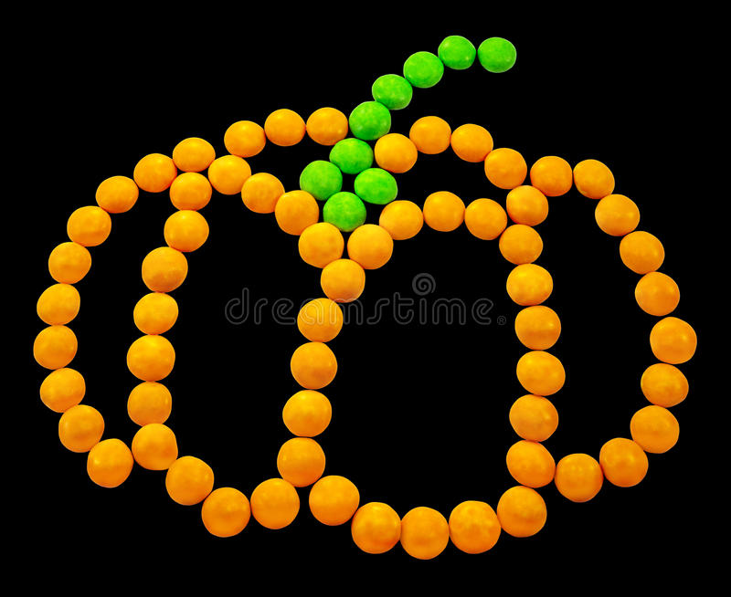 Symbol Halloween - ein Kürbis Bestanden aus kleinen runden Süßigkeiten stockfotografie