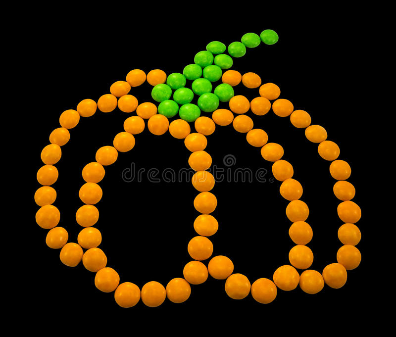 Symbol Halloween - ein Kürbis Bestanden aus kleinen runden Süßigkeiten lizenzfreie stockfotografie