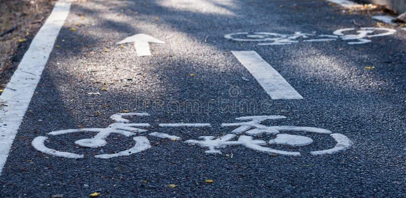 Symbol im Radweg für Fahrradbenutzer stockbilder
