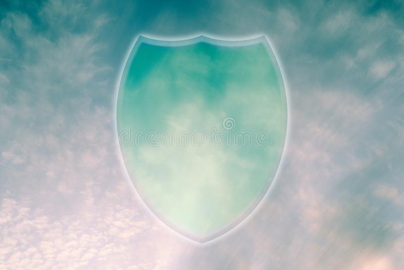 Symbol ochrony danych magazynu w chmurze. Ikona tarczy na niebie fotografia royalty free