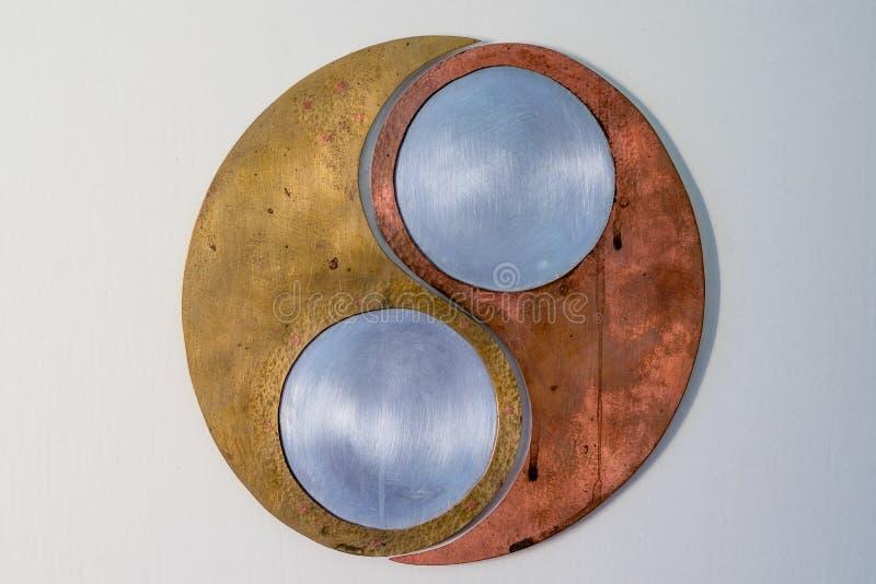 Symbol Ying Yang machte von den verschiedenen Metallmaterialien lizenzfreie stockfotografie