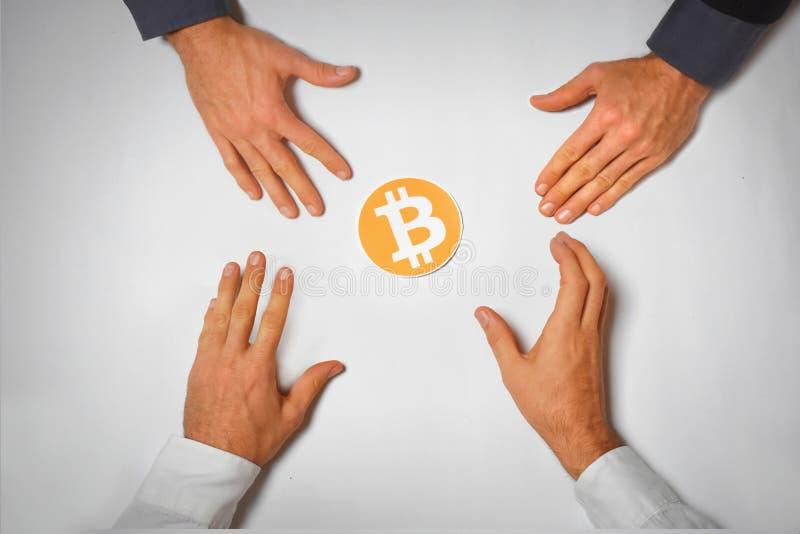 Symbolbild Bitcoin-Habsucht vier Hand stockfoto
