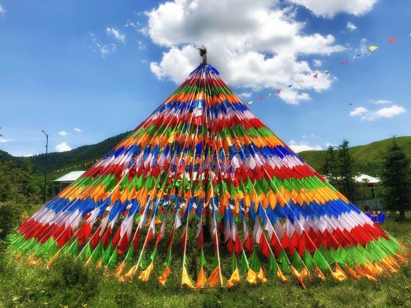 Symbole coloré OD de drapeaux de prière de bouddhisme spirtual du Tibétain sur la montagne avec le ciel bleu photographie stock