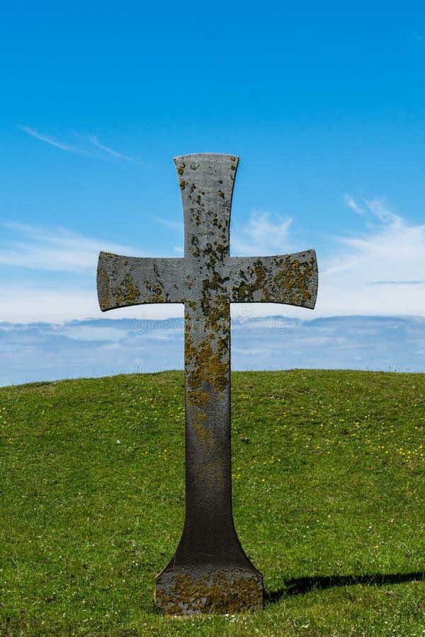Symbole croisé religieux sur un champ vert photos libres de droits