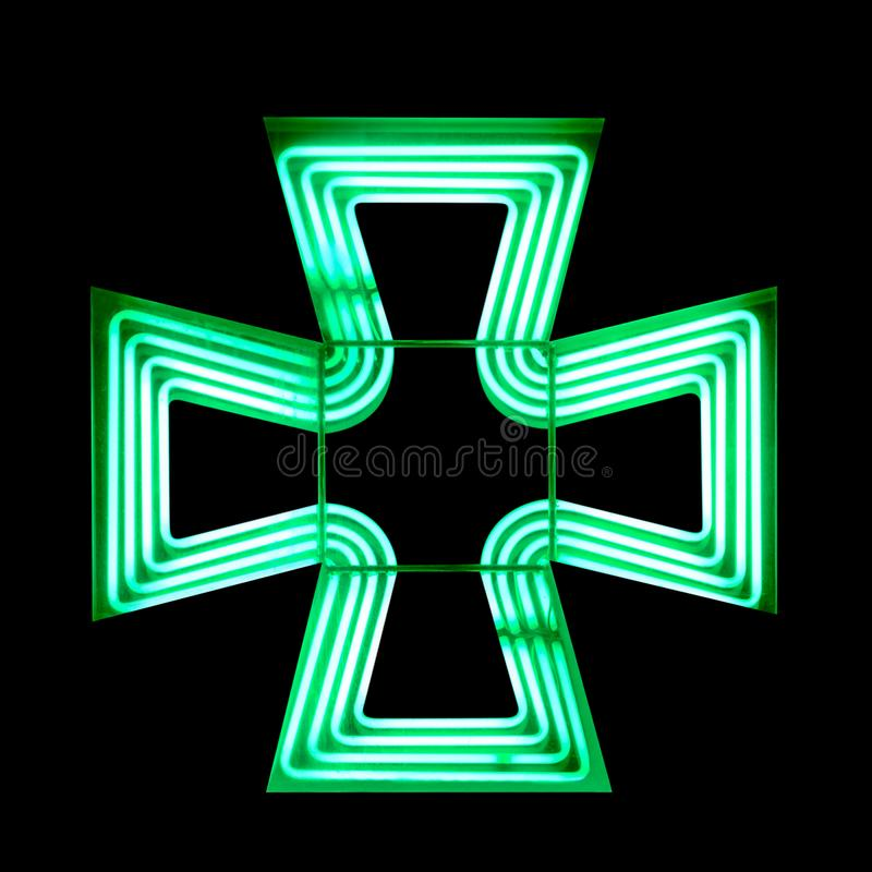 Symbole croisé vert de pharmacie d'isolement sur le fond noir photos stock