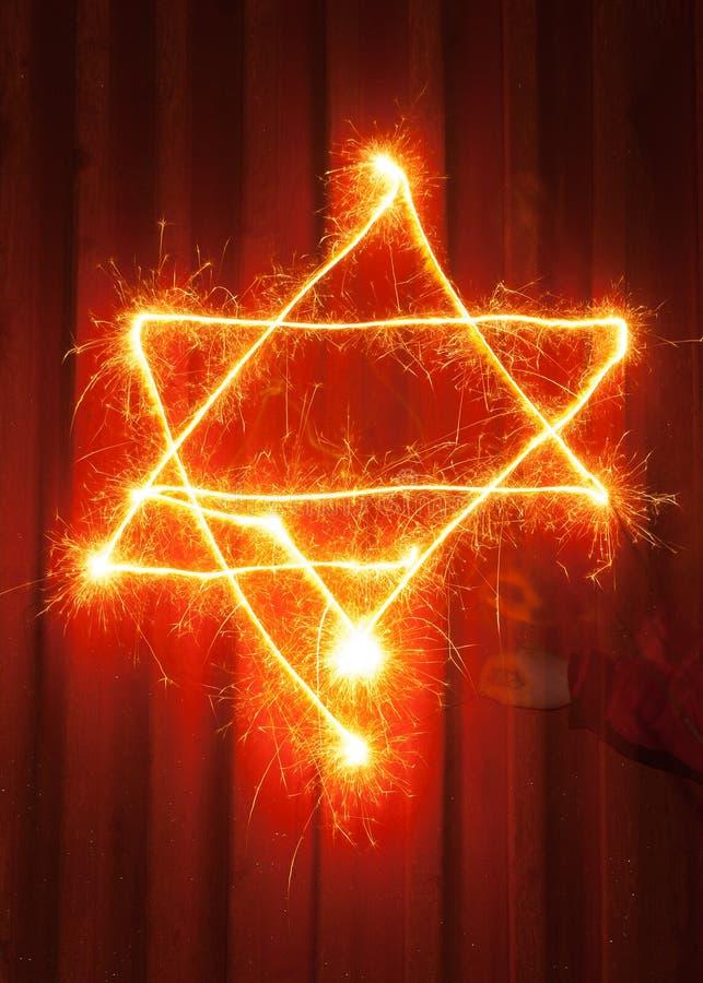 Symbole d'étoile de David peint avec le sparkler& x27 ; lumière de s image stock