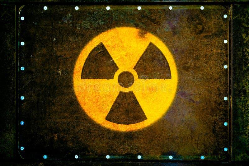 Symbole d'avertissement de danger radioactif jaune rond de rayonnements ionisants peint sur la plaque de métal rouillée massive photos libres de droits