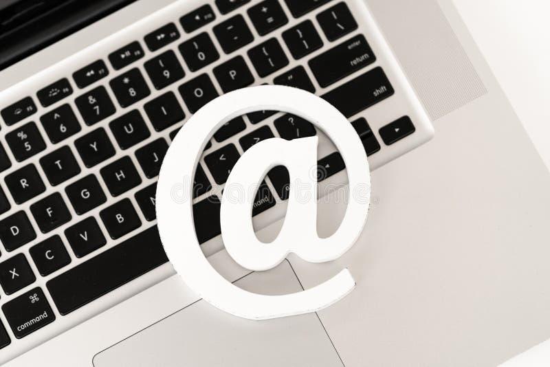 Symbole d'email sur un concept de clavier d'ordinateur portable pour l'email, la communication ou le contact nous photos stock