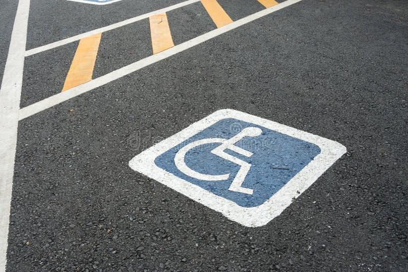 Symbole d'handicap sur la route image libre de droits