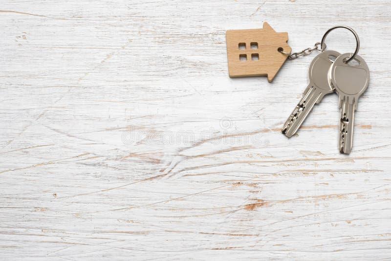 Symbole de Chambre avec les clés argentées sur le bois Concept 6 d'immeubles photos stock