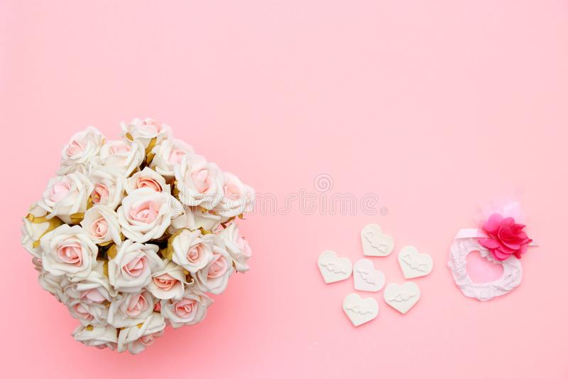 Symbole de coeur fait en pierre, roses roses blanches ` S de Valentine et fond de jour de mères Configuration plate, vue supérieu photos libres de droits