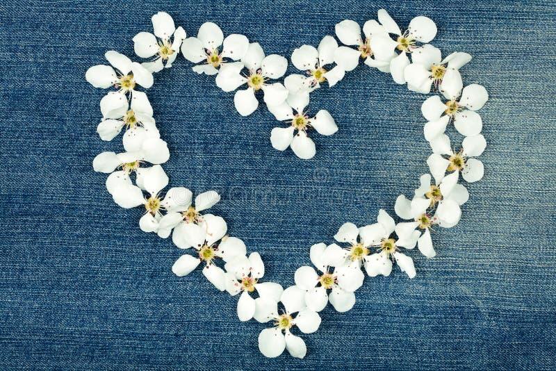 Symbole de coeur sur des jeans photographie stock