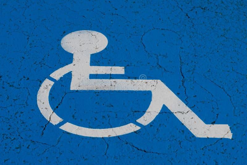 Symbole de fauteuil roulant sur la place de parking d'handicap image stock