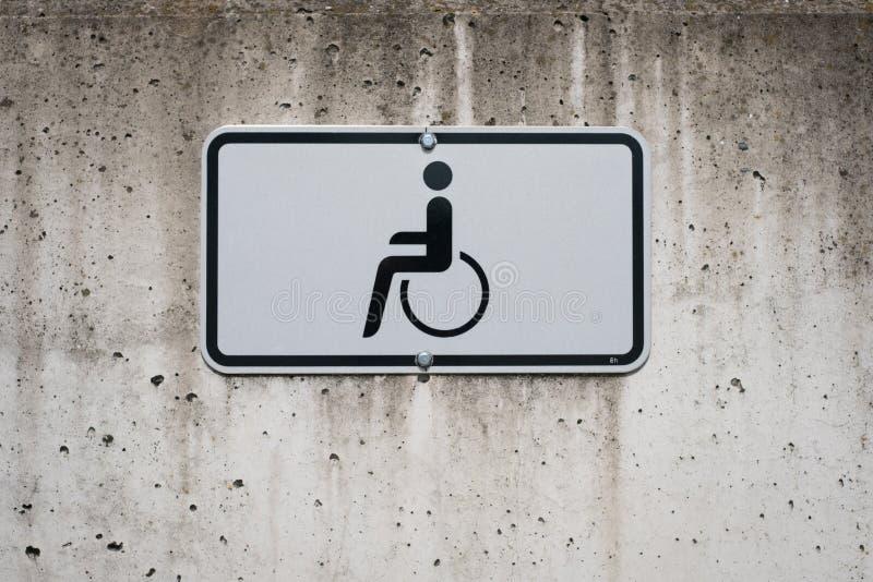 Symbole de fauteuil roulant sur le signe - place de parking handicapée photos libres de droits