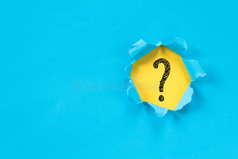 Symbole de indication de papier déchiré bleu de point d'interrogation sur le papier jaune photo libre de droits