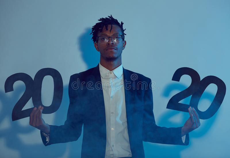 Symbole de l'homme africain branché tenant un panneau en 2020 photos libres de droits
