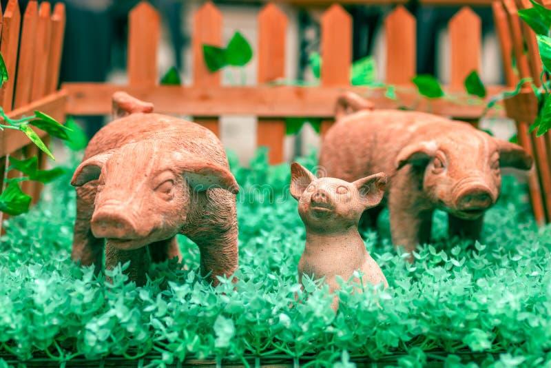 Symbole de la nouvelle année 2019 Le porc en céramique nouveau-né de jouet a entouré images libres de droits