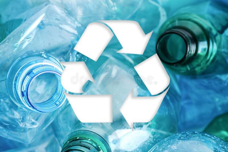 Symbole de la réutilisation et des bouteilles en plastique photographie stock