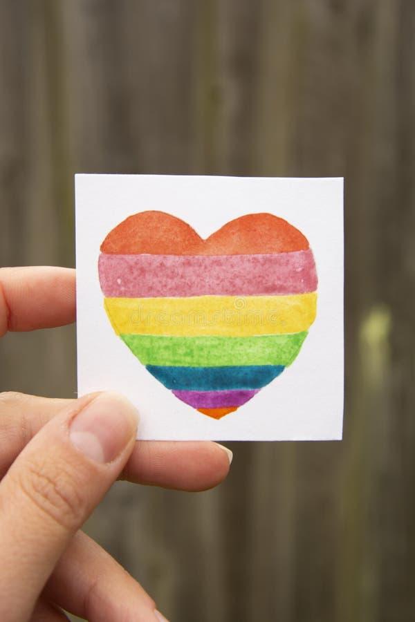 Symbole de LGBT Coeur d'arc-en-ciel d'aquarelle de participation de main images stock