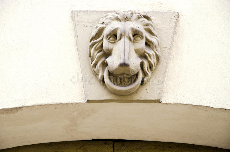 Symbole de lion sur le mur architectural grunge antique photographie stock